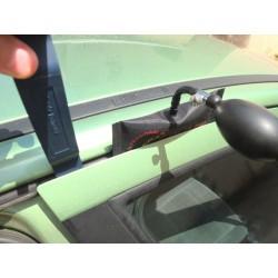 Utilisation du pied de biche pour l'écartement de la porte de véhicule permettant le passage d'outils d'ouverture.